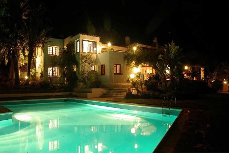 Pool und Villa mit Beleuchtung