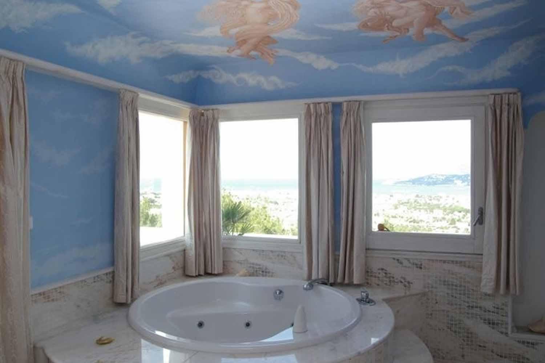 Bany amb banyera i vistes