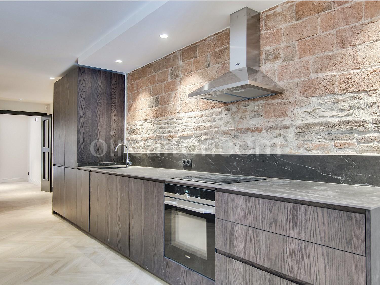 Продается квартира с ремонтом в Сантс, Барселона.