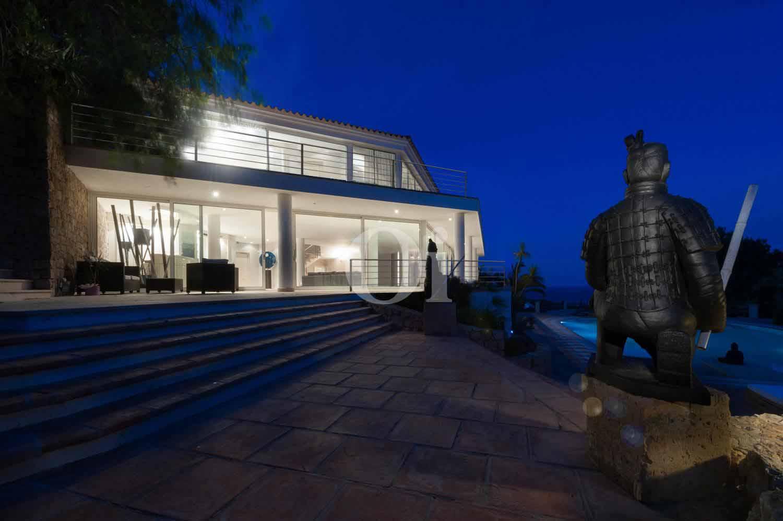 Terrasse und Villa bei Nacht