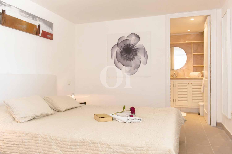 Белоснежная спальня элегантной виллы на продажу на Ибице