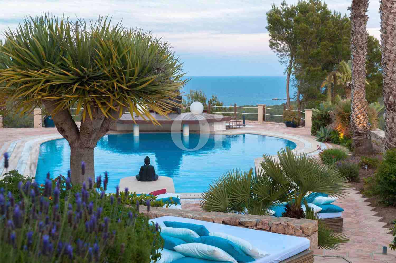 Piscina de exclusiva villa en venta en Ibiza