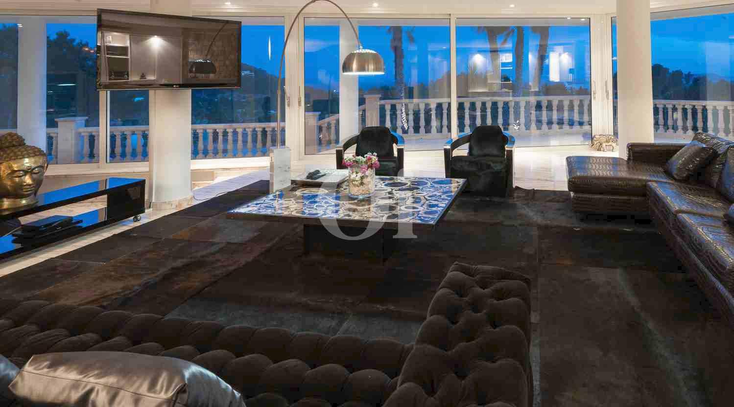 Шикарная гостиная элегантной виллы на продажу на Ибице