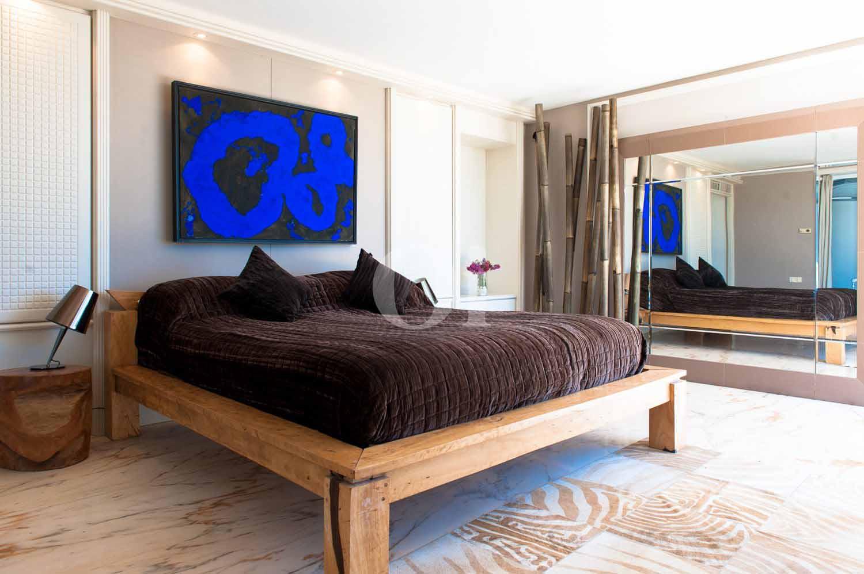 Habitación de matrimonio de exclusiva villa en venta en Ibiza