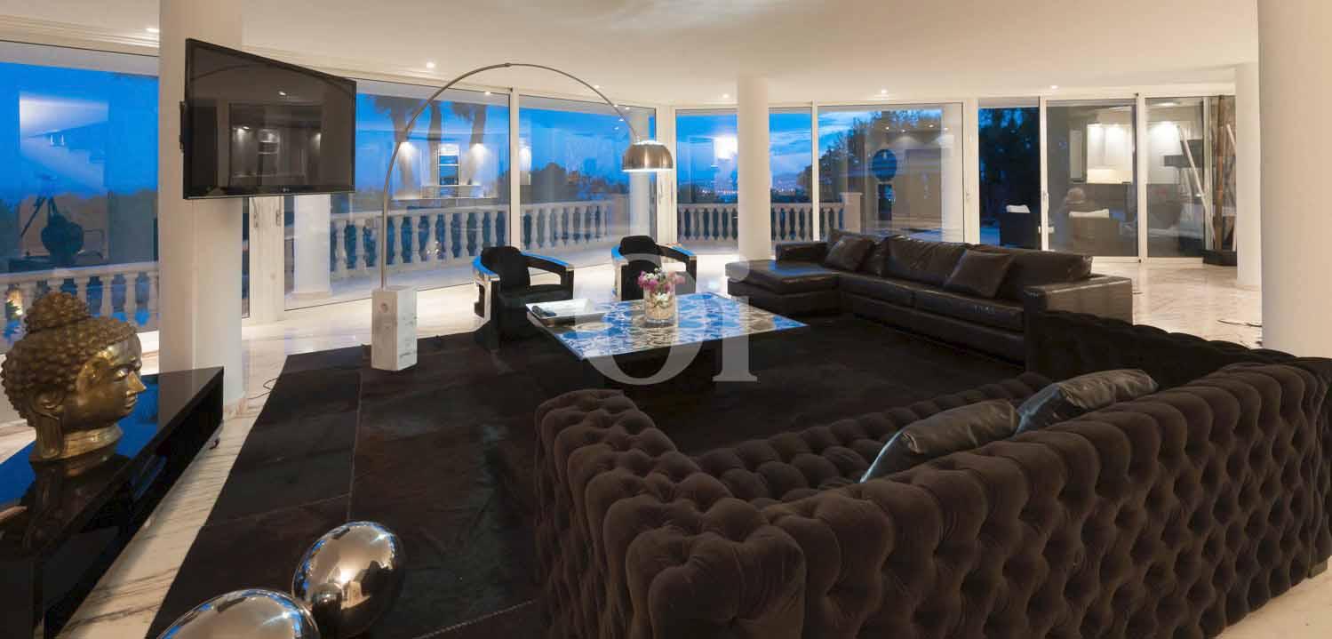 Sala de estar de exclusiva villa en venta en Ibiza