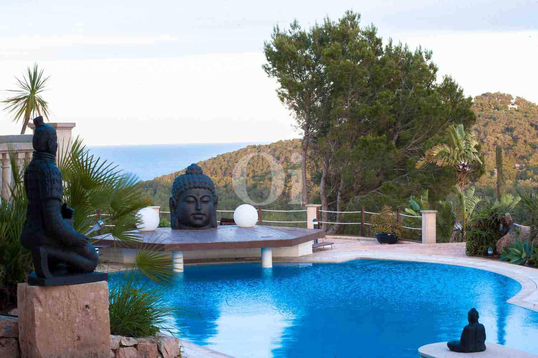 Роскошный бассейн элегантной виллы на продажу на Ибице