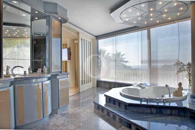 Baño con bañera de exclusiva villa en venta en Ibiza