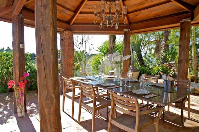 Comedor de verano de exclusiva villa en venta en Ibiza