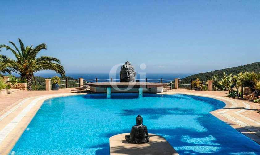 Piscina propia de exclusiva villa en venta en Ibiza