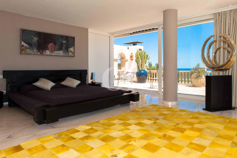 Dormitorio de exclusiva villa en venta en Ibiza