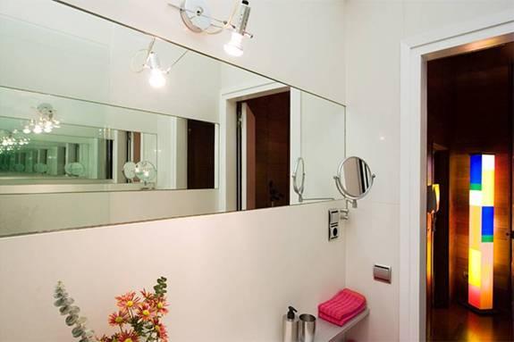 Современная ванная комната квартиры в аренду в Готическом квартале