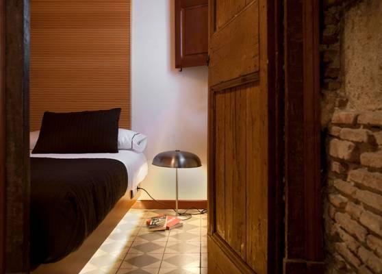 Уютная спальня квартиры в аренду в Готическом квартале