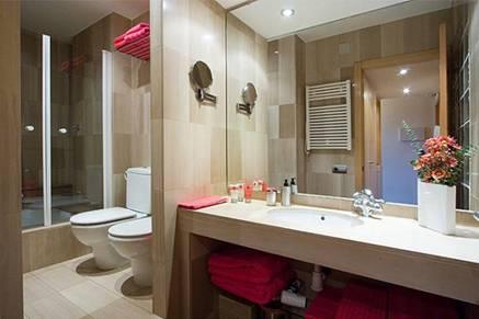 Baño con ducha de precioso apartamento en alquiler en Barcelona
