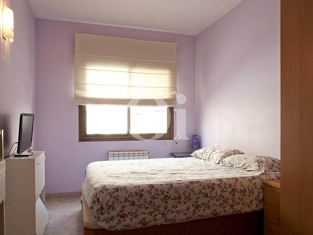 Спальня в сиреневых тонах квартиры на продажу в Побленоу
