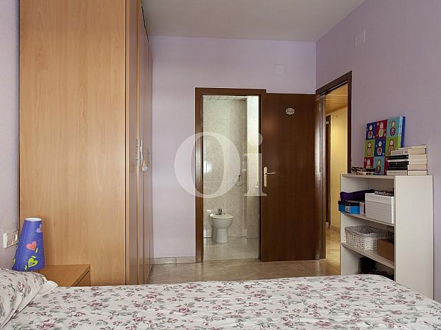 Большой шкаф в спальне квартиры на продажу в Побленоу