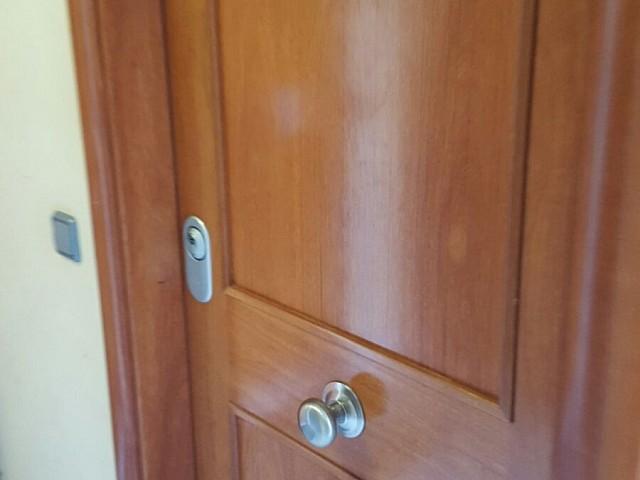 Porta d'entrada a un dels pisos