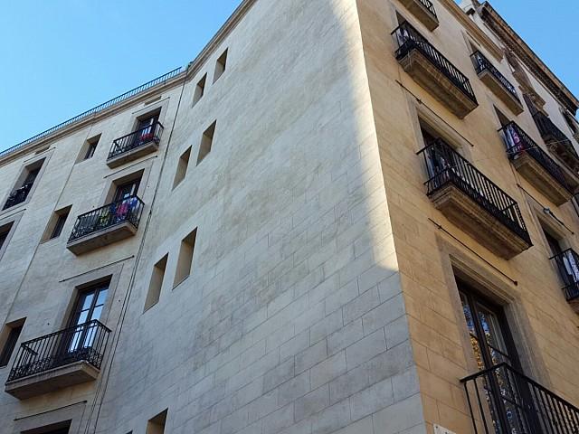 Fachada de edificio rehabilitado en venta en Ciutat Vella, Barcelona