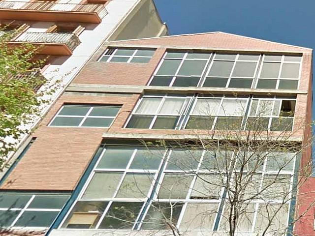 Fachada de edificio industrial con potencial en el barrio de Gracia, Barcelona