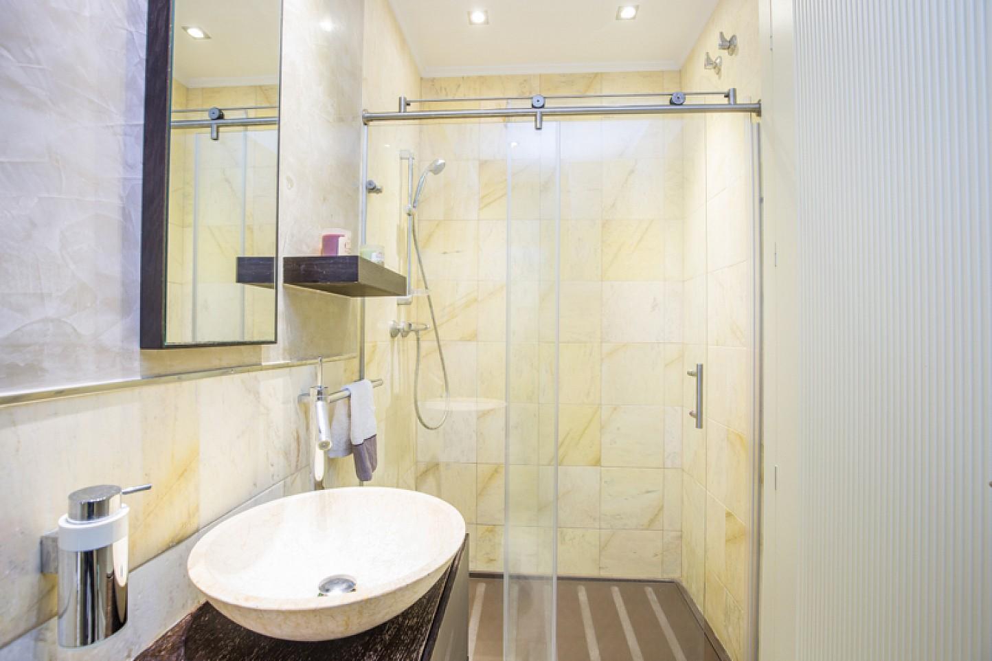 vista de baño  de mármol con gran ducha en cas de lujo en venta en Lloret de Mar en La costa Brava