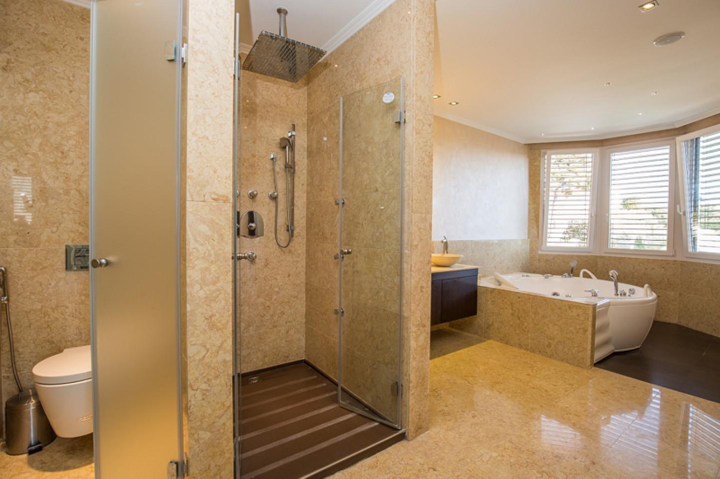 Bany amb dutxa i banyera