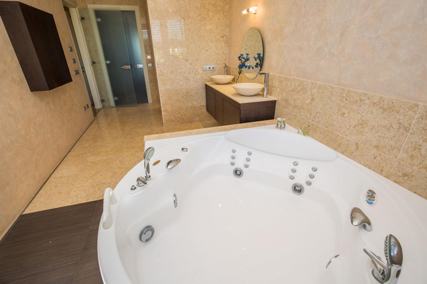 vista de inmenso baño con jacuzzi y ducha en casa de lujo en venta en la Lloret de Mar en la Costa Brava