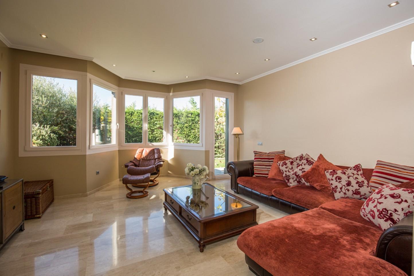 vista de sala de estar con salida a jardín en cas de lujo en venta en Lloret de Mar en la Costa Brava