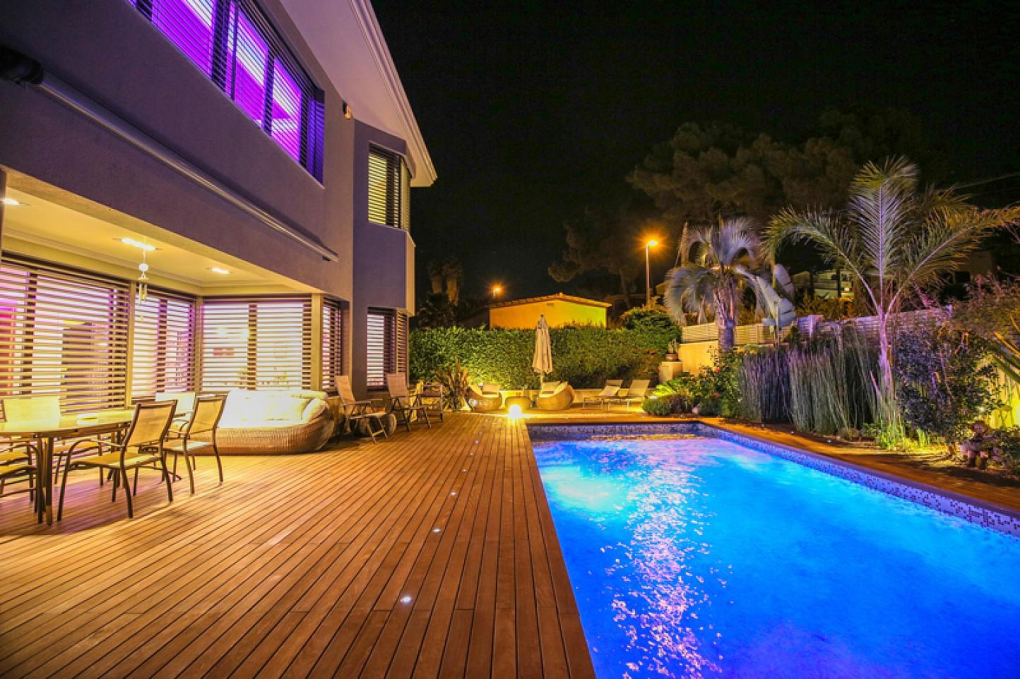 vista de piscina con iluminación nocturna en cas de lujo en venta en la Costa Brava