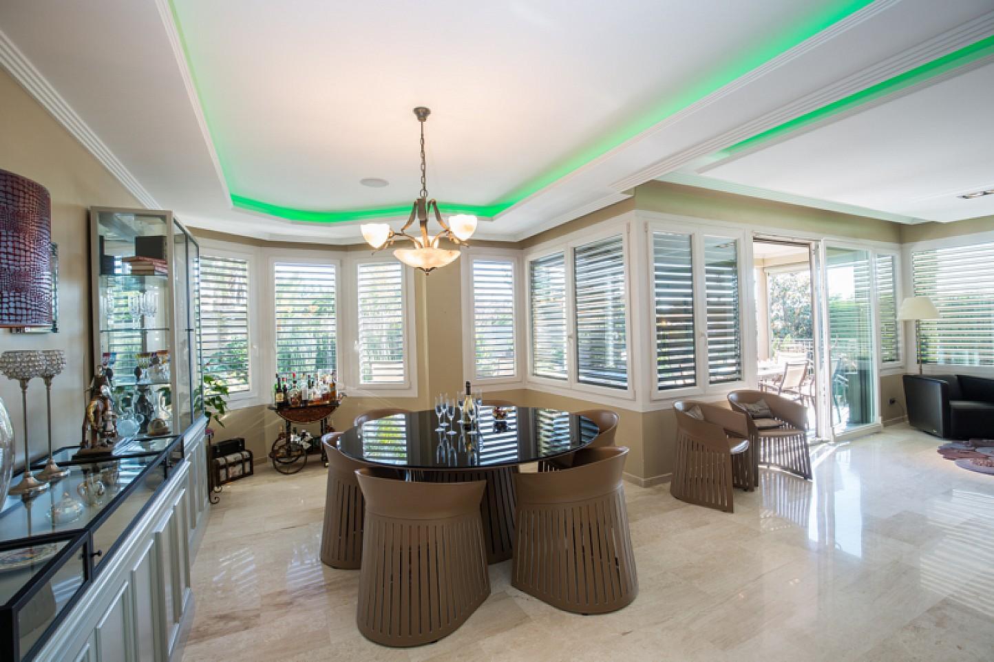 vista de salón comedor de casa de lujo en venta en lloret de Mar en la Costa Brava