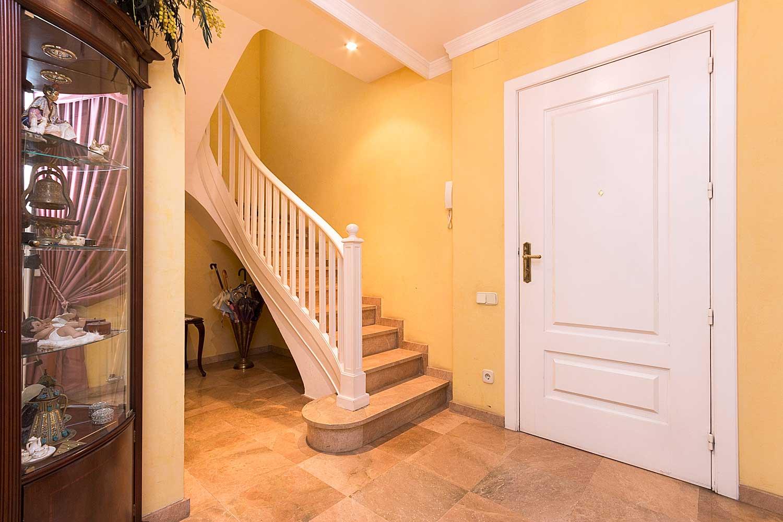 Entrada i escales al pis superior