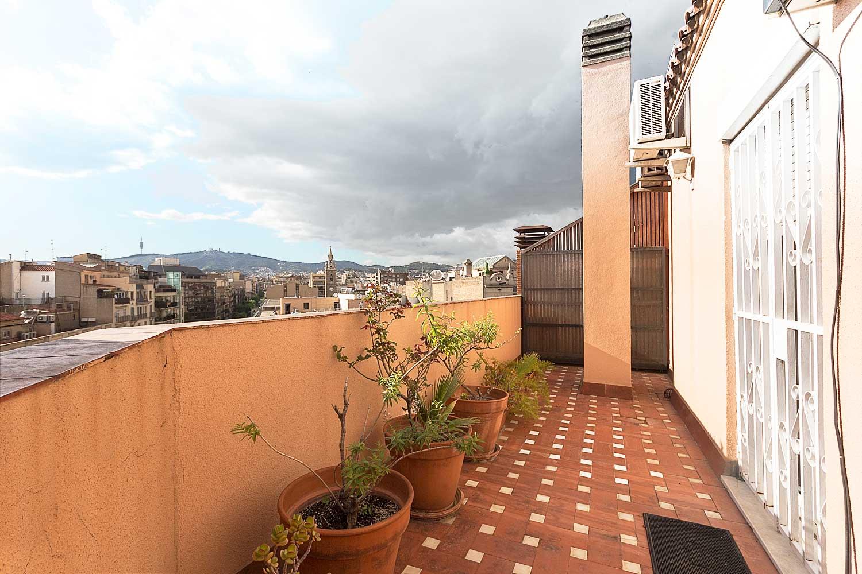 Terraza soleada de ático en venta en Roger de Lluria, Barcelona