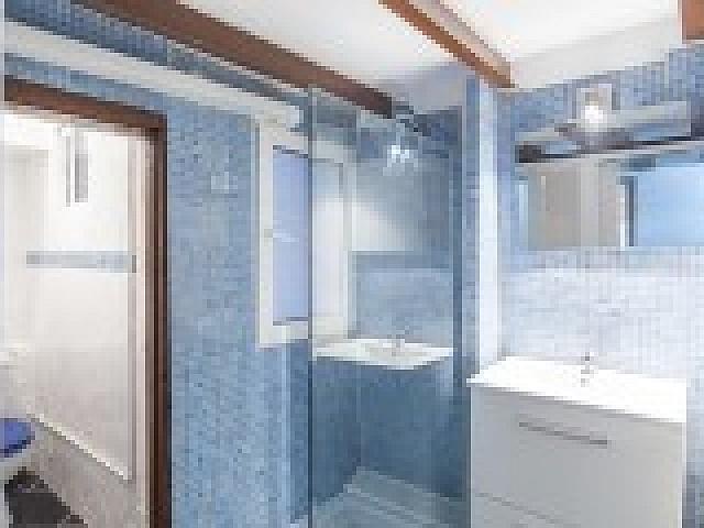 Baño con ducha de apartamento en alquiler en Raval