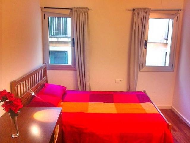 Светлая спальня квартиры в аренду в Готическом квартале