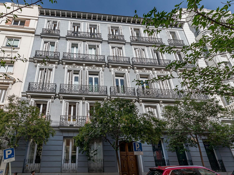 Продается полуэкстерьерный пентхаус в Реколетос, Мадрид.