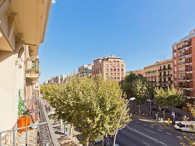 Вид с балкона в прекрасной квартире в аренду в Барселоне