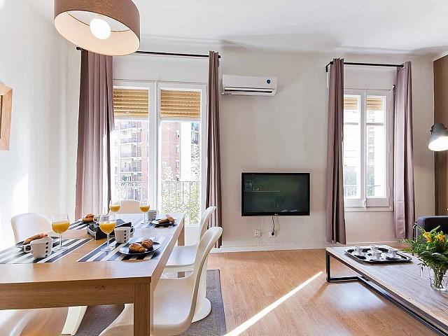 Вид солнечной гостинной-столовой в прекрасной квартире в аренду в Барселоне