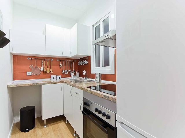 Вид оборудованной кухни в прекрасной квартире в аренду в Барселоне