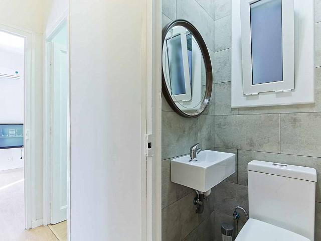 Вид ванной комнаты в прекрасной квартире в аренду в Барселоне
