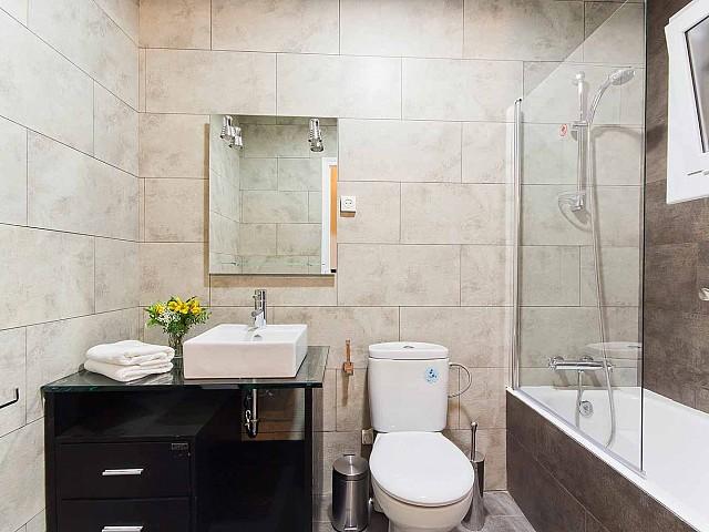 Vista de cuarto de baño de precioso piso en alquiler en Av. Paral·lel