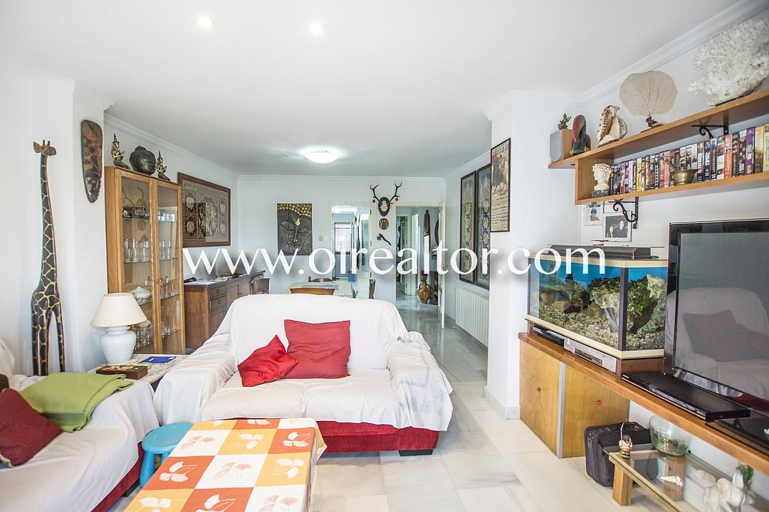 Красивая квартира на продажу с садом 400м2 в Бланесе, Коста Брава