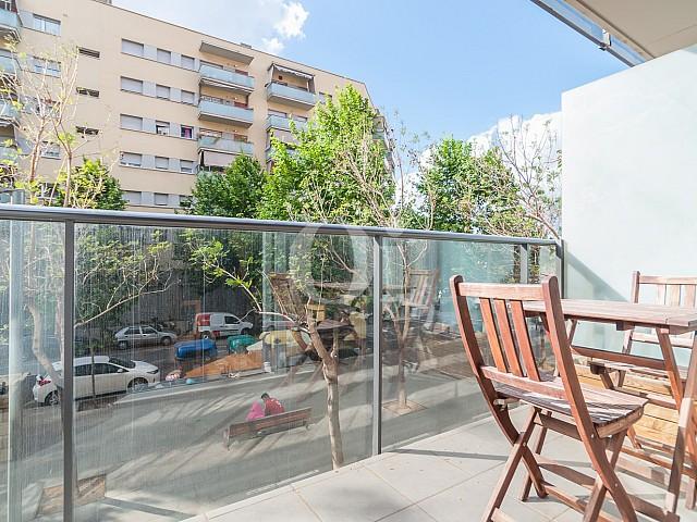 Terraza soleada con bonitas vistas a la ciudad