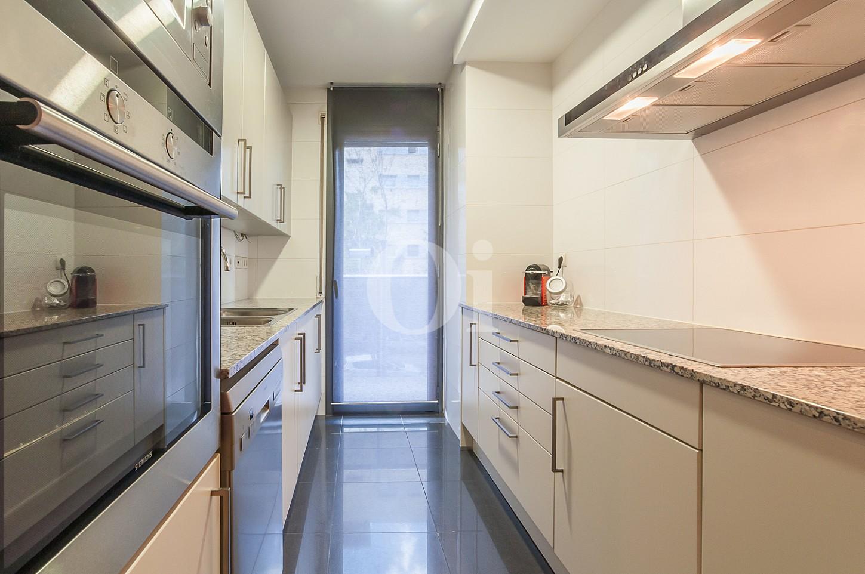 Cocina moderna equipada con acceso al exterior