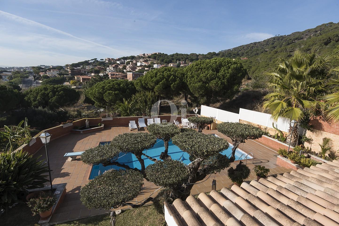 Вид на сад и бассейн дома на продажу в Премья де Далт