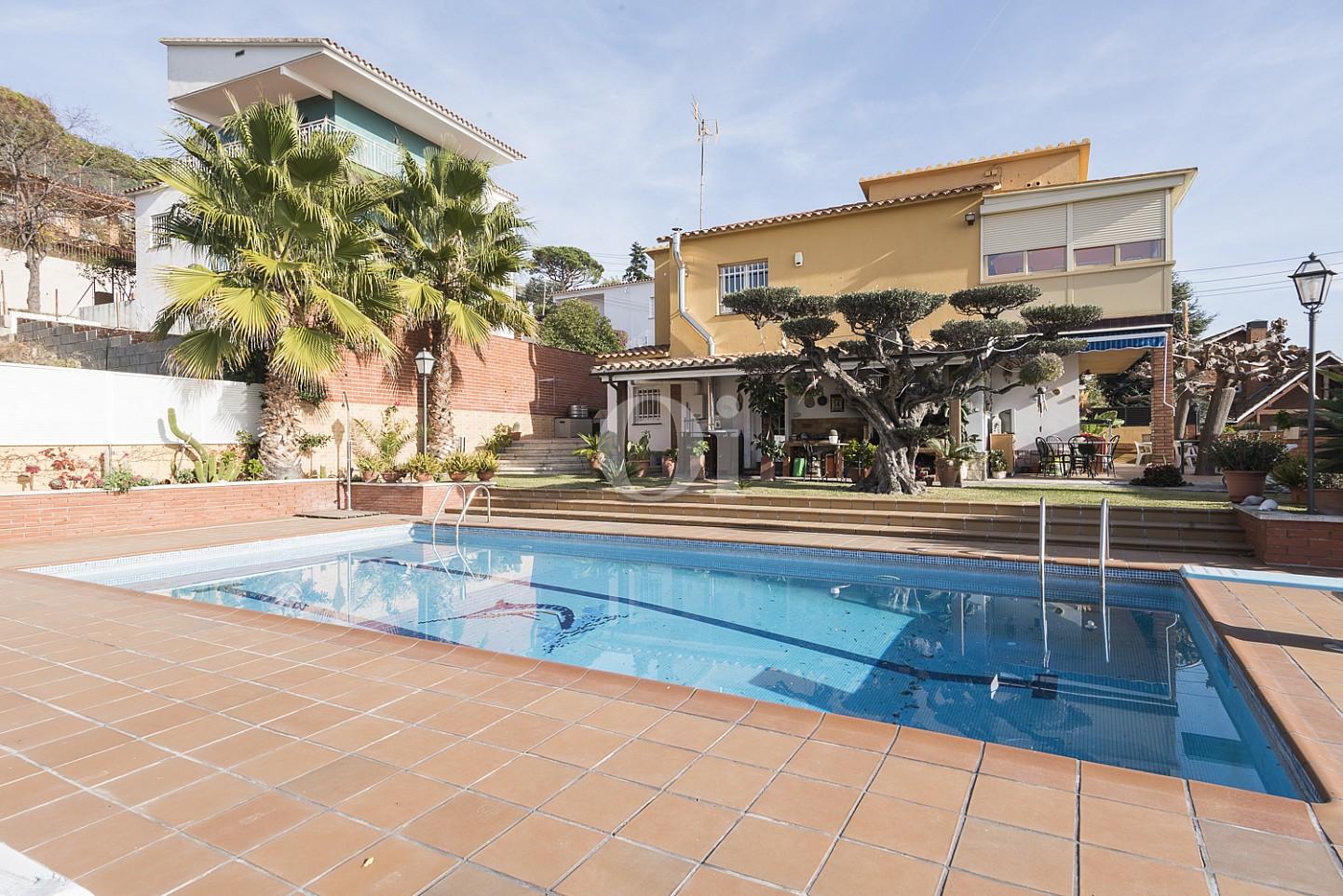 Шикарный бассейн дома на продажу в Премья де Далт