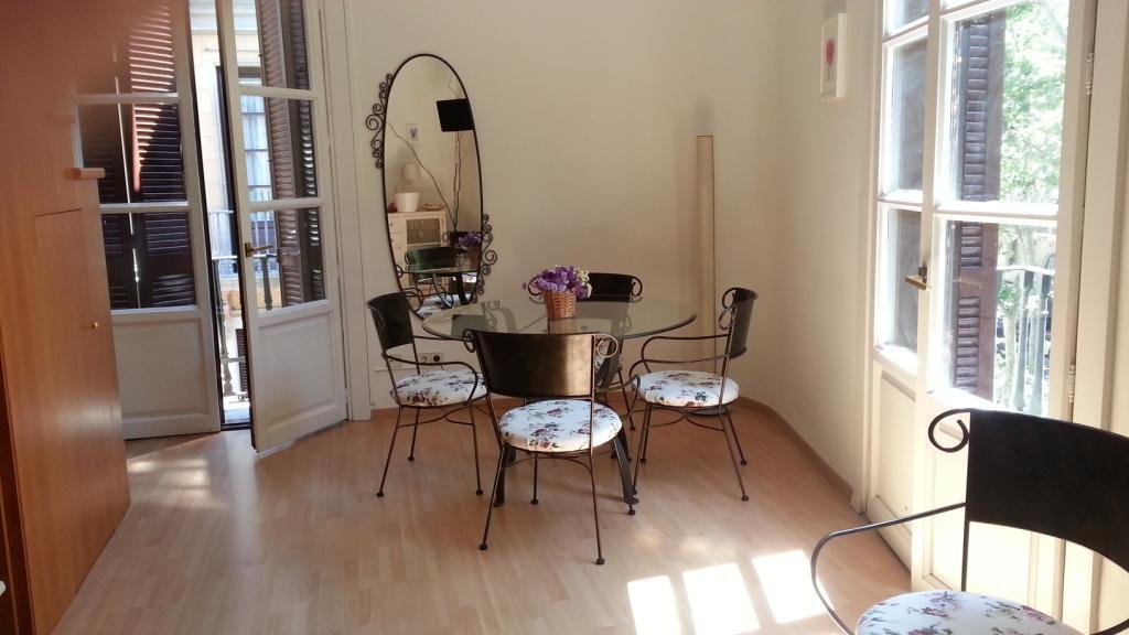 Шикарная гостиная квартиры в аренду в Готическом квартале