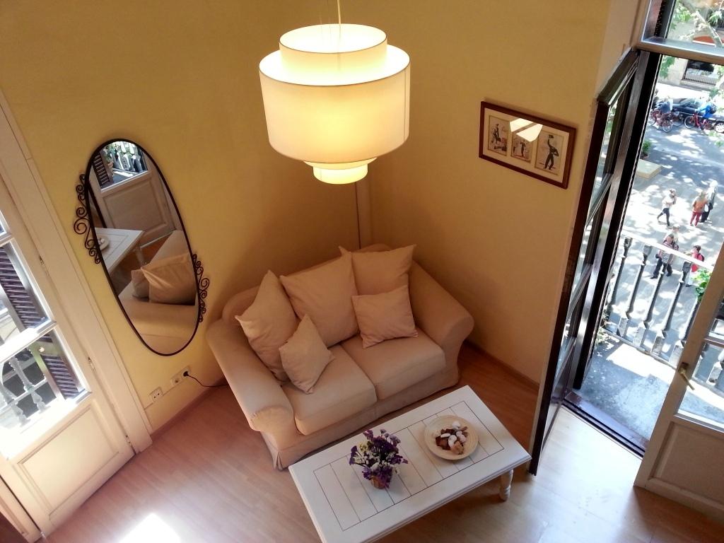 Уютная гостиная квартиры в аренду в Готическом квартале