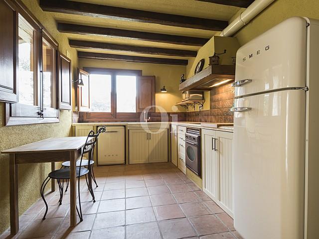 Cocina con techos con vigas de madera