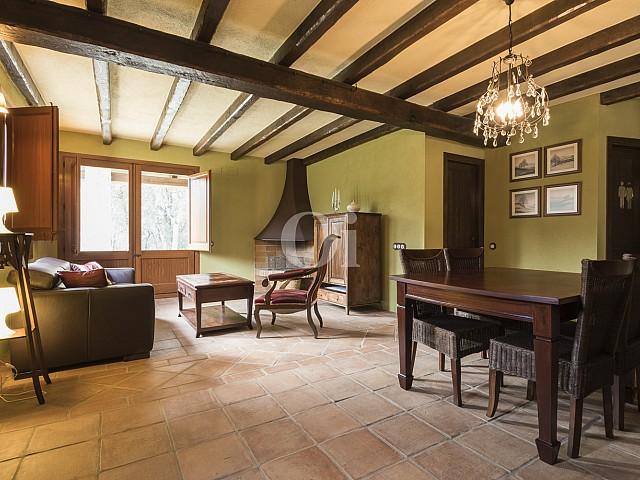 Шикарная гостиная с потолочными балками дома на продажу в Орриус