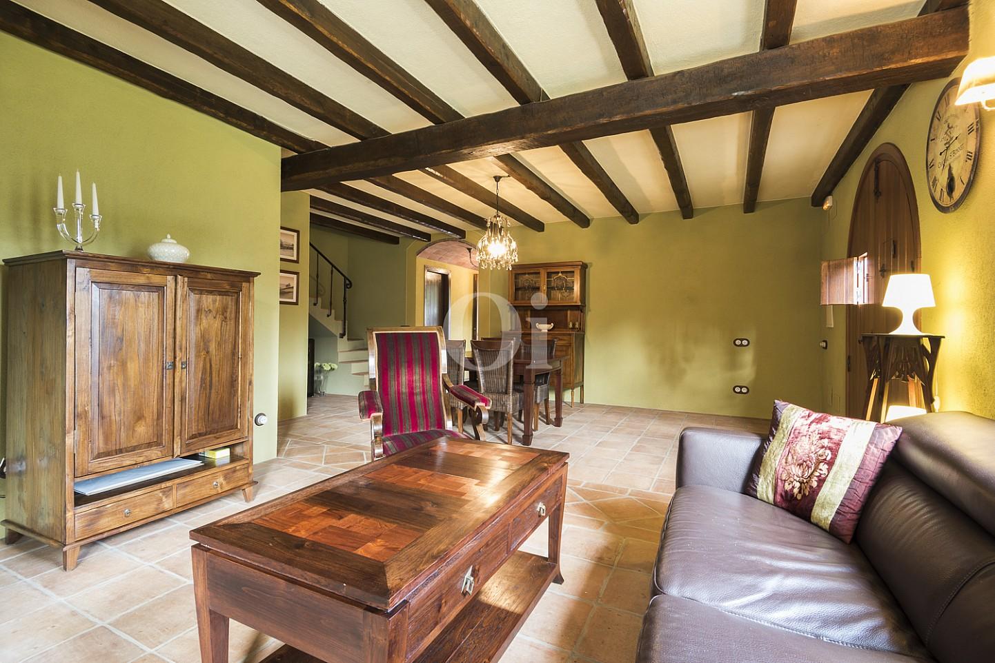 Vistas interiores del salón-comedor y de los techos con vigas de madera