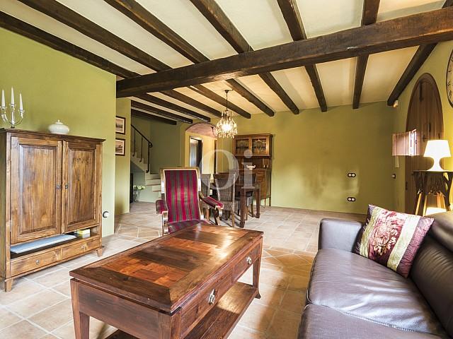 Vistes interiors del saló-menjador amb els sostres amb bigues de fusta