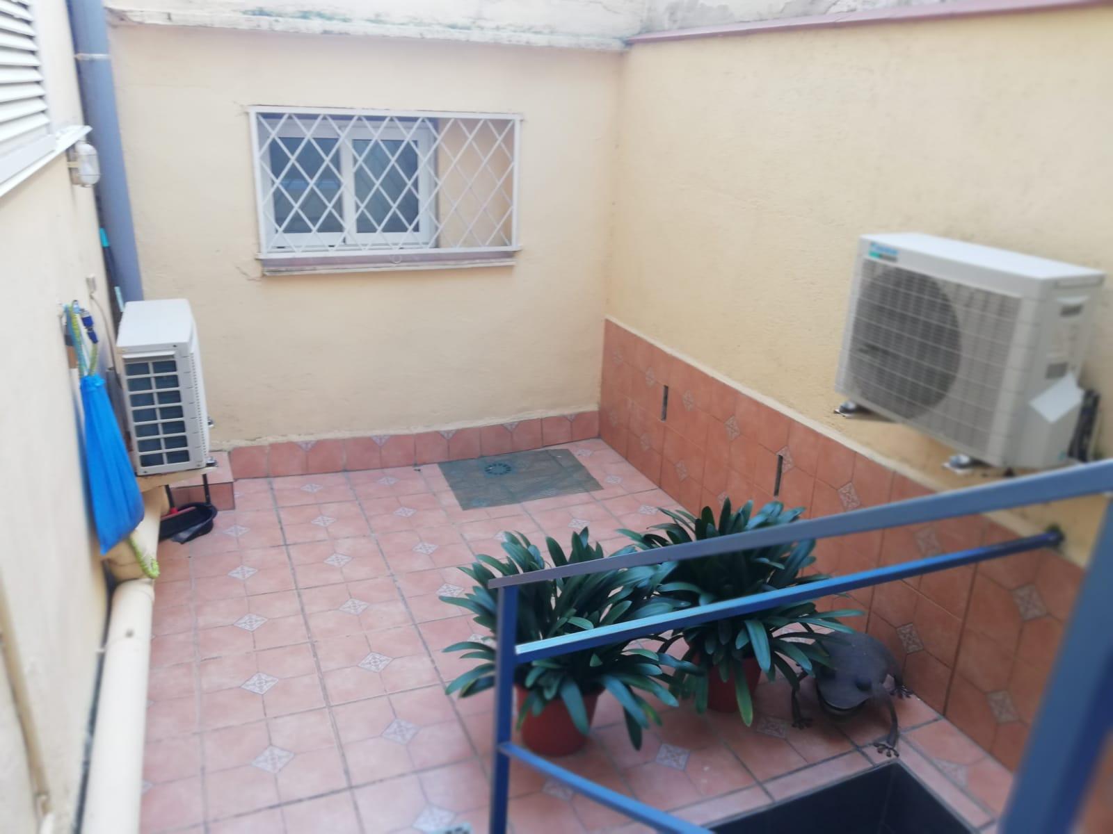 Частный дом площадью 250 м2 и патио площадью 35 м2 распределен примерно на два этажа